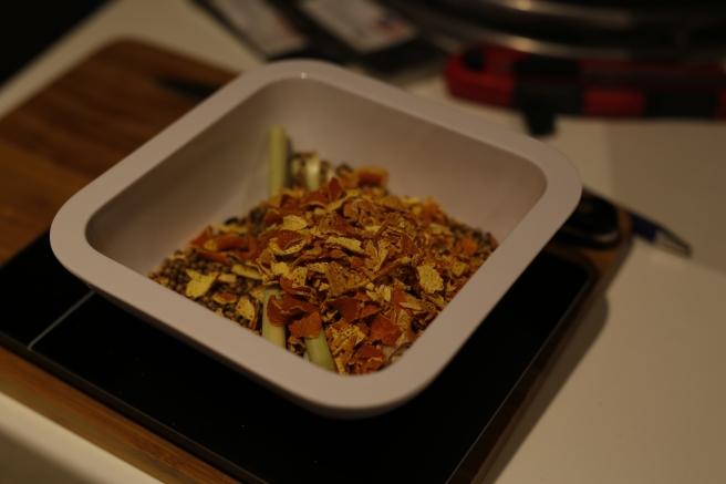 Appelsinskall, korianderfrø og sitrongress